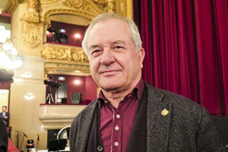 政治学教授Joaquin Molino观看了3月17日西班牙巴塞罗那的神韵演出。(文华/大纪元)<br />