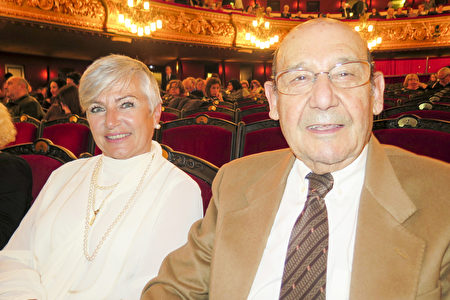 主治医生Jose Maria Martin偕夫人观看了3月17日西班牙巴塞罗那的神韵演出。 (文华/大纪元)