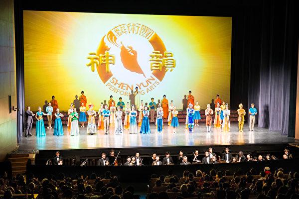 2016年3月17日晚间,来自美国的神韵世界艺术团在新北市台湾艺术大学演艺厅展开第二场演出,票房早已提前售罄,谢幕时观众掌声不息。(白川/大纪元)(陈柏州/大纪元)