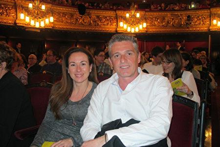2016年3月18日晚,西班牙国家电视台TVE电视制作人Sonia Sancho和男友Xavier Anton在巴塞罗那里西奥大剧院观看了神韵演出。(麦蕾/大纪元)