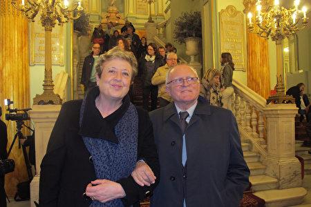 3月18日晚,欧洲文化协会主席Sitges先生与太太在巴塞罗那观看了神韵演出。(麦蕾/大纪元)