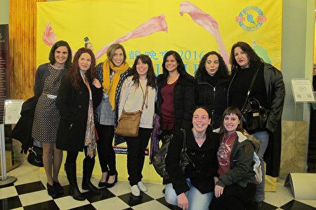 3月18日晚,巴塞罗那舞蹈学校Piramidance的学生和老师一起在里西奥大剧院观看了神韵演出。(麦蕾/大纪元)