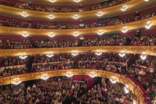 2016年3月18日晚9点开演前,西班牙巴塞罗那里西奥大剧院的观众热切等待神韵演出拉开帷幕。(文华/大纪元)