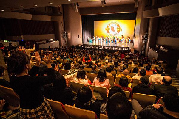 2016年3月19日下午在新北市台湾艺术大学演艺厅展开第三场演出,票房早早提前售罄,图为演员谢幕,观众掌声不息。(陈柏州/大纪元)