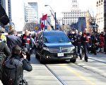 3月30日,福特的靈車在8名多倫多警官的護衛下離開市政廳,走上皇后街,後面跟著福特家人和數以千計的民衆,前往聖詹姆斯大教堂參加中午召開的葬禮。(周行/大紀元)