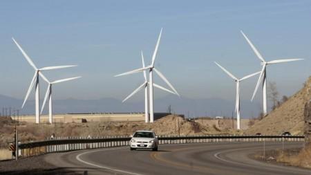 中共官方运用行政手段干预风电等可再生能源产业的发展,于是大陆风电企业计划在未来大力拓展美国风力发电市场。(Photo by George Frey/Getty Images)