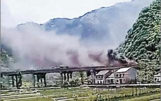 陝西西安市藍田縣,28日發生暴徒在高速公路劫持巴士殺人縱火事件,共造成8人死亡及5人受傷。網民上傳照片顯示現場濃煙滾滾。(網絡圖片)