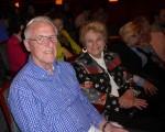退休小學校長Art Renges(左)與朋友Nina P(右)結伴同看4月30日下午神韻巡迴藝術團在美國新澤西州紐瓦克市的演出。(良克霖/大纪元)