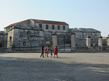 武器广场在拉富埃尔萨城堡的背面,广场周围有不少旧书摊,有时还有当地手工艺品出售。(courtesy of jodastephen)