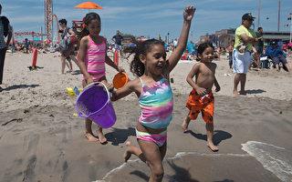 5月29日,紐約康尼島終於正式向市民開放了,孩子們迫不及待地沖向海水。(Stephanie Keith/GettyImages)