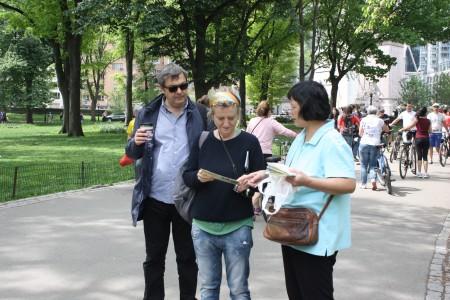 來自加拿大的法輪功學員林芳在中央公園講真相。(駱亞/大紀元)