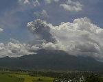 菲律宾吕宋岛布鲁珊火山10日爆发,火山灰云约高达2公里。(PHILIPPINES INSTITUTE OF VOLCANO/AFP)
