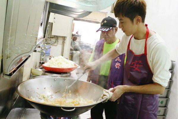 李國毅關懷寒士 親手下廚給街友吃