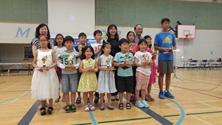 圖:大溫漢字文化節脫口秀競賽卓越獎獲獎者領取獎杯。(邱晨/大紀元)