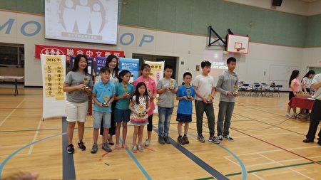圖:大溫漢字文化節脫口秀競賽優等獎獲獎者領取獎杯。(邱晨/大紀元)