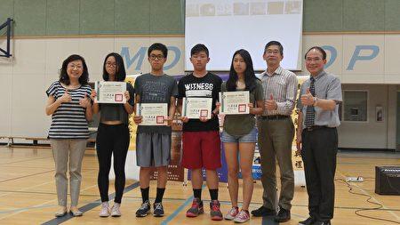圖:聯合中文學校獲得華語測驗考試的學生獲得頒發證書。(邱晨/大紀元)