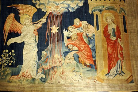 """《启示录》壁毯,展示了""""七天使吹七号""""场景:随着天使吹响第三号,有烧着的大星,好像火把从天上落下来,落在江河的三分之一,水因而变苦,就死了许多人。(维基百科公共领域)"""