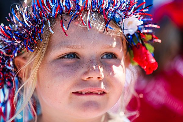 A young girl watche the 4th of July Parade in Alameda, California on Monday, July 4, 2016. / AFP / GABRIELLE LURIE        (Photo credit should read GABRIELLE LURIE/AFP/Getty Images)