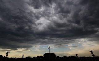 萬千閃電同時擊在江澤民身上,它整個身軀全被雷火消滅殆盡,未留一點殘餘。(AFP)