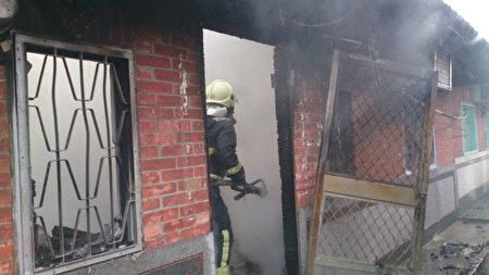 彰化大村乡1处三合院12日上午发生火警意外,消防队 员到场后将大火扑灭,才发现有2人陈尸在卧室内。(彰化县消防局提供)