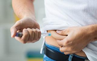 圖為一名男子在注射胰島素。(Fotolia)
