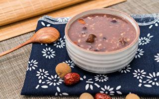 平时可以用哪些食疗来帮忙我们养血呢?中医师推荐4道养颜抗老的粥品。(Shutterstock)