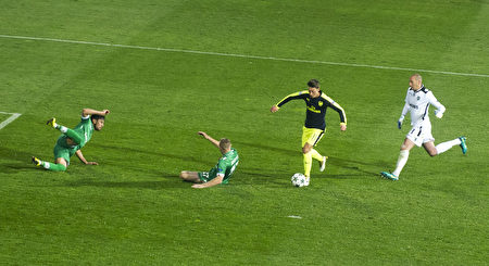 厄齐尔挑过对方门将,再晃倒两名防守球员,打进一粒精彩进球,助阿森纳3-1逆转卢多戈雷茨。 (ROBERT ATANASOVSKI/AFP/Getty Images)