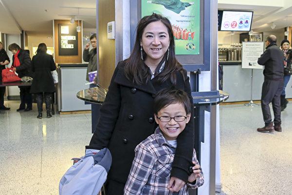 1月30日,吴女士带9岁儿子观看神韵,她说,看神韵晚会对孩子学习中国传统文化是很好的启迪。(欧阳/大纪元)