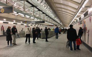 不少民众一进到车站内,就拿出手机、相机拍照。 (庄翊晨/大纪元)