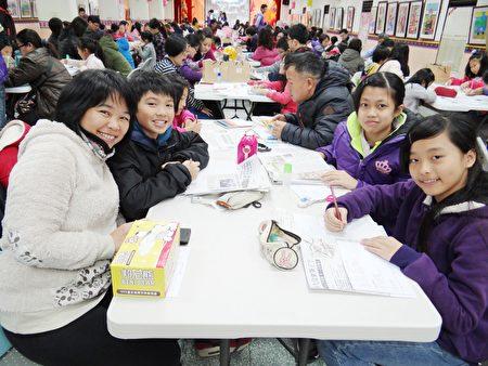 南勢國小賴韻如老師帶著她的3個學生參賽。(楊容甄/大紀元)