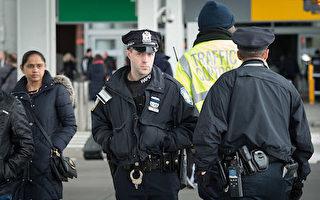 纽约肯尼迪机场的港务局警察(BRYAN R.SMITH/AFP/Getty Images)