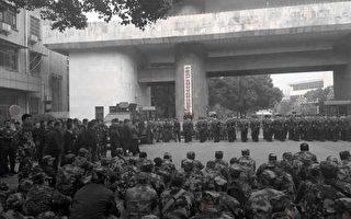身穿迷彩服老兵在中共湖南紀委門前靜坐。(志愿者提供)