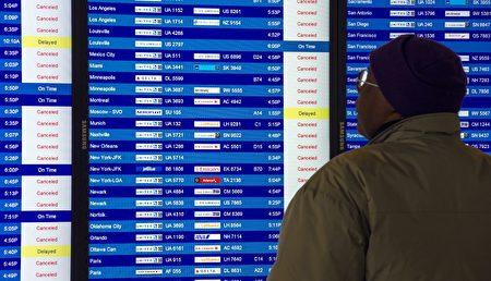 一名旅客查看航班被取消情形。此為示意圖。(PAUL J. RICHARDS/AFP/Getty Images)