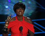 维奥拉‧戴维斯(Viola Davis)凭借《藩篱》获最佳女配角奖。 (MARK RALSTON/AFP/Getty Images)