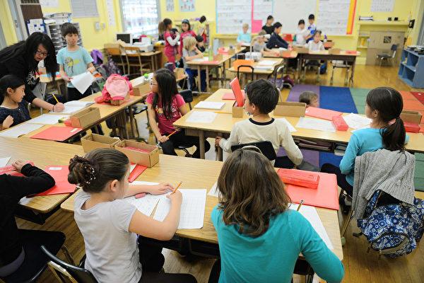 一名學習中文數十年的老外通過自身經驗總結出老外應該學習中文的五大理由。圖為加州一所學校的孩童正在學中文。(ROBYN BECK/AFP/Getty Images)