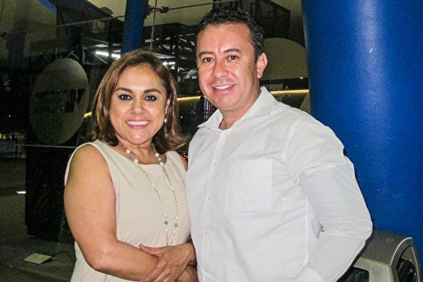 3月22日晚上,Manuel Romo先生和太太Angélica González观赏了神韵巡回艺术团在墨西哥瓜达拉哈拉Auditorio Telmex剧院的第二场演出。( 麦蕾/大纪元)