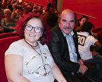 3月17日晚,艺术协会总经理Denis Pantaléo和太太一同观看神韵演出。(张妮/大纪元)
