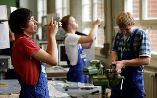 商家与机构雇用青少年暑期工 人力中心接受申请