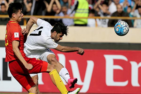 中国男足在客场0-1不敌伊朗。七轮过后,中国队积5分,排在A组第五位。 (ATTA KENARE/AFP/Getty Images)