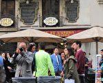 持相机拍照的男子几天前曾到剧院踩点,并且叫嚣让更多的人来。而伞下穿浅蓝色上衣的男子疑似活动的组织者之一——加泰华人华侨联合总会会长许建南。(大纪元)