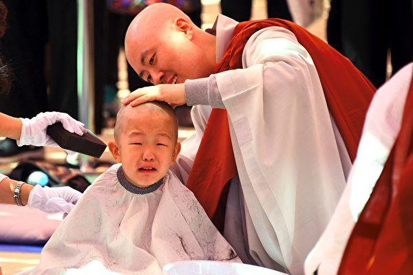韩国首尔曹溪寺于4月19日为童僧剃度,有的儿童哇哇大哭,模样可爱。(JUNG YEON-JE/AFP/Getty Images)