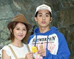 吴思贤(右)出道近三年,将于27日在台北开唱。图左为演出嘉宾邵雨薇送鸡汤打气。(传奇星娱乐提供)