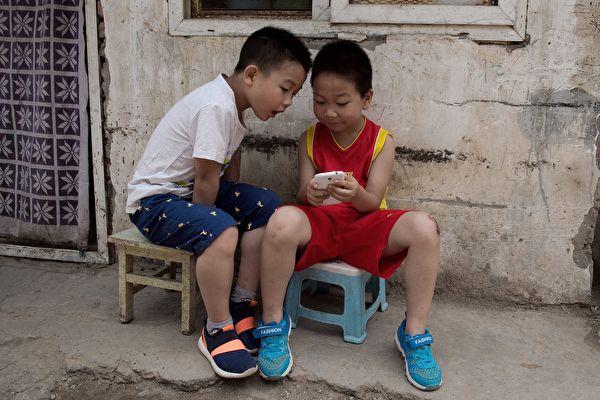 專家表示,電子產品最容易損傷孩子的視力,以目前的速度,20年後眼底病可能會大爆發。( NICOLAS ASFOURI/AFP/Getty Images)