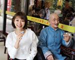 她在北京宣传空档还是抽空逛街饱览当地美景,还不忘与街头铜人拍合照。(种子音乐提供)