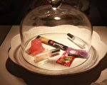 """科教馆举办""""识毒—揭开毒品上瘾的真相""""特展,展示出新兴毒品包装,包括巧克力、王子面、果冻、枇杷膏,都可能被有心人掺毒在内。(教育部/提供)"""