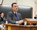 联邦调查局春田分局助理特工主管霍洛威发言。(温文清/大纪元)