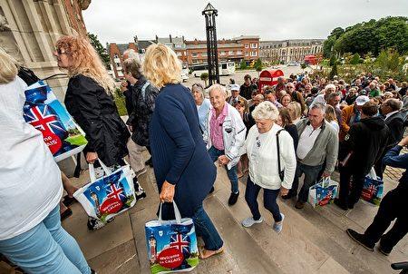 为促进旅游业,法国港口城市加莱Calais随机抽取了1,000名英国人,邀请他们到加莱游览。加莱原本是大部分英国人进入法国的第一站,但是却因为去年的难民危机而使许多英国人望而却步,担心回家的路上会有非法移民藏进他们的车里。 ( PHILIPPE HUGUEN/AFP/Getty Images)