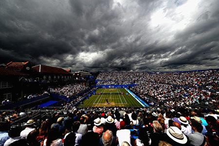 英国的天气阴晴不定,刚才还是晴空万里,转眼就阴云密布。6月24日,人们正在伦敦西部肯辛顿的女王俱乐部观看网球赛,天空突然阴云滚滚。(Julian Finney/Getty Images)