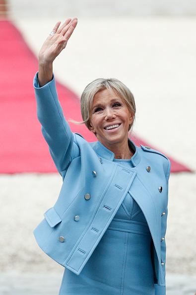 法國總統馬克龍(Emmanuel Macron)剛當選不久,他的妻子布莉姬(Brigitte Trogneux)也是第一次出現在重要的國際舞台上。(YOAN VALAT/Getty Images)