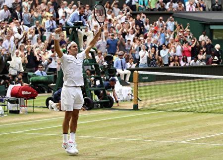 瑞士网球名将费德勒于7月16日夺得温网男单冠军。赢得第8冠让费德勒创下温网纪录。(Julian Finney/Getty Images)